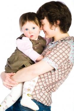 mum-toddler girl - cuddling.© Ksurrr
