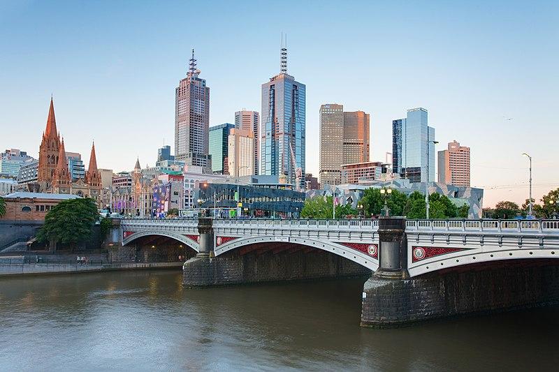 Melbourne Skyline and Princes Bridge © Photo by DAVID ILIFF. License: CC-BY-SA 3.0